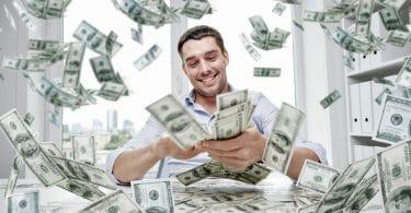 Homem em meio a várias notas de dinheiro.
