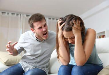 Casal discutindo homem gritando com mulher