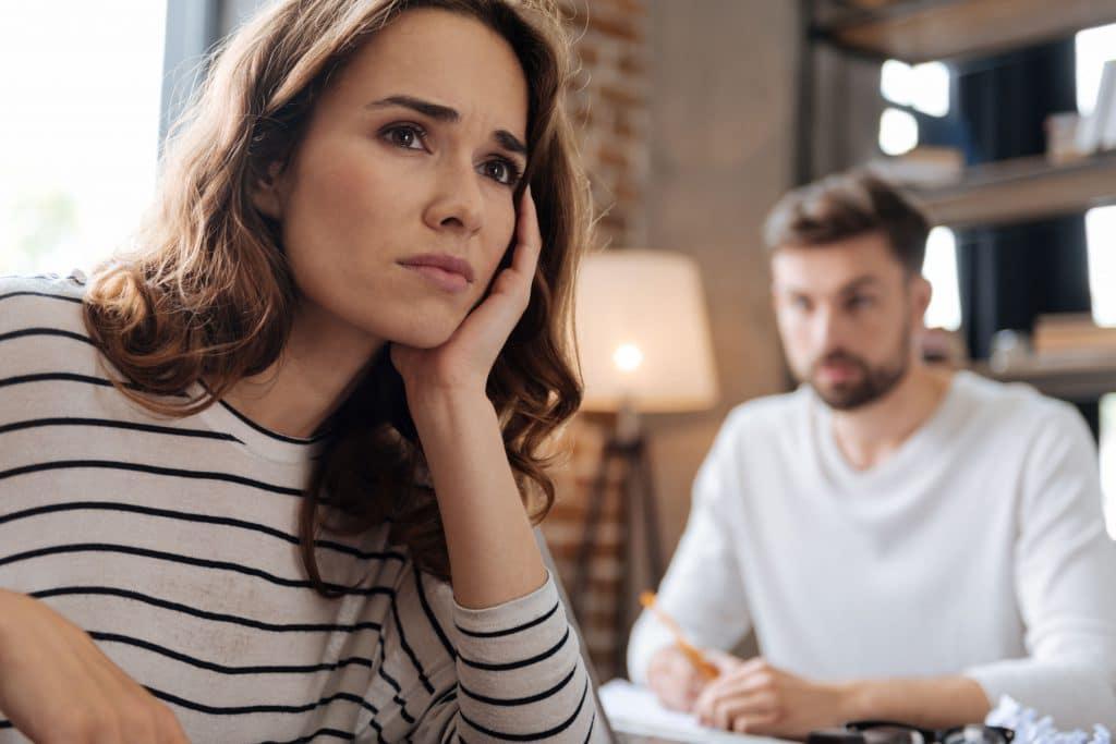 Mulher preocupada com homem atras