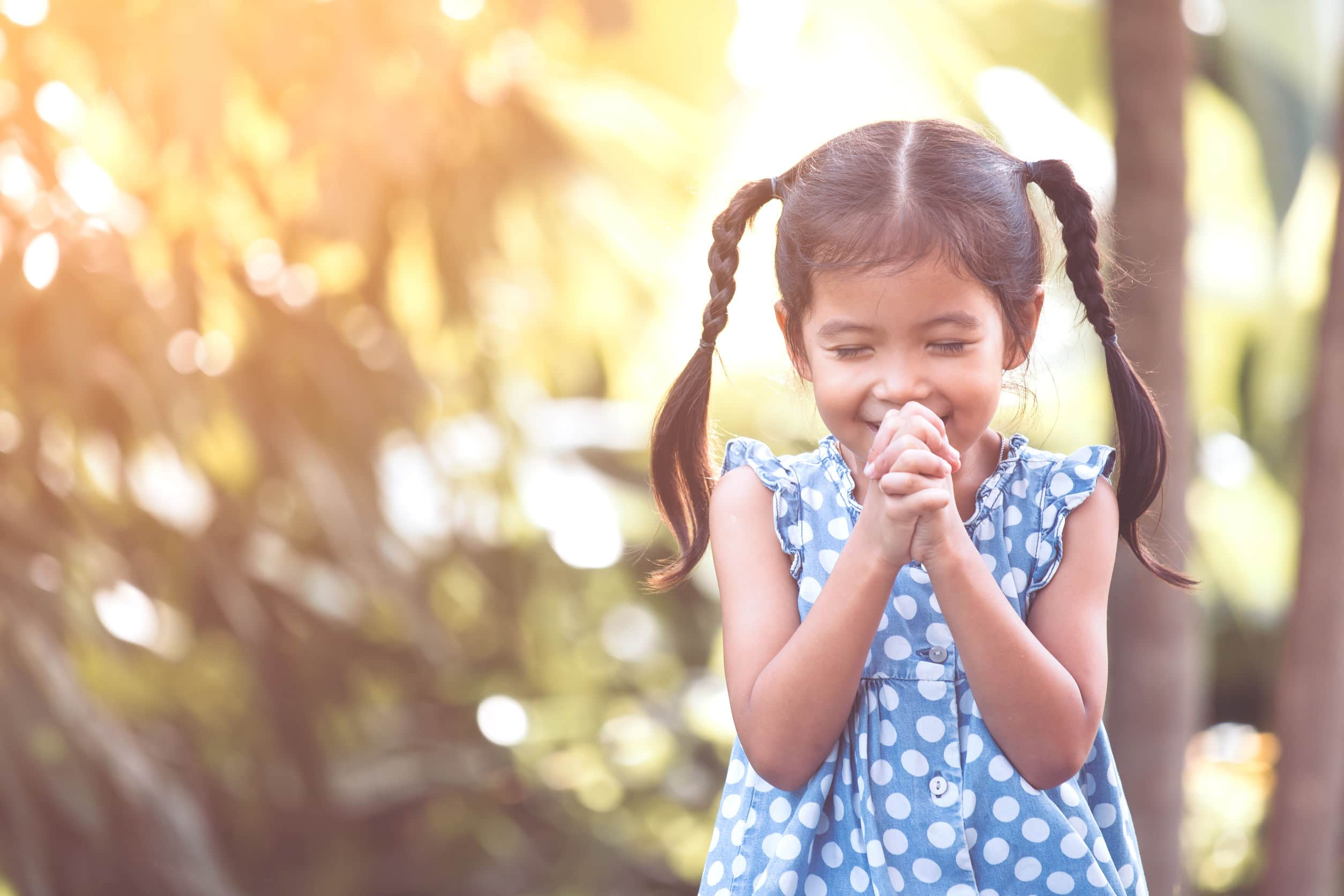 Menina rezando.