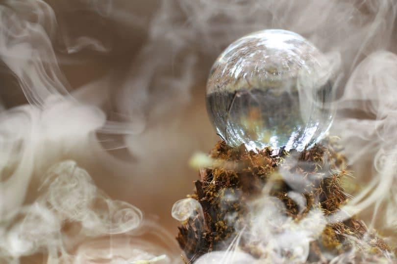 Bola de cristal em meio à fumaça.