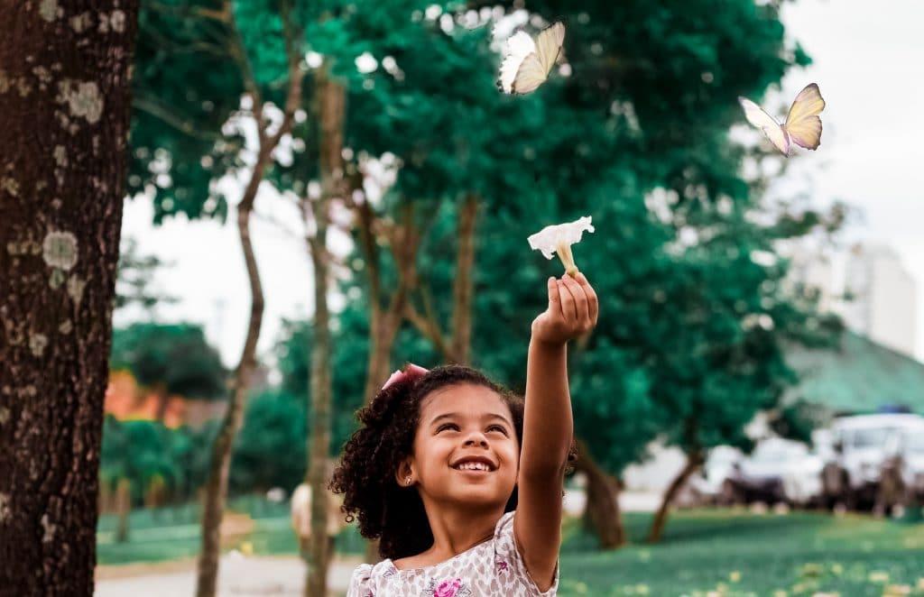 Menina brincando com borboletas