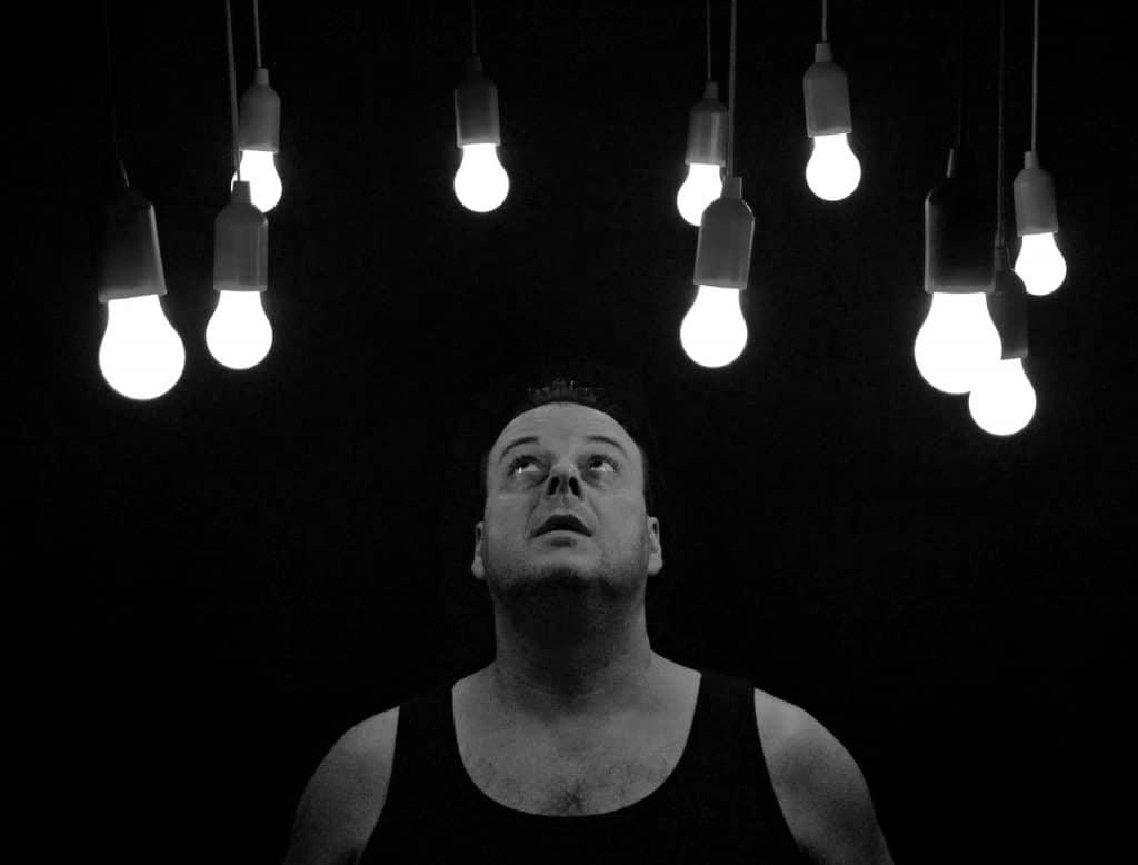 Homem com lâmpadas