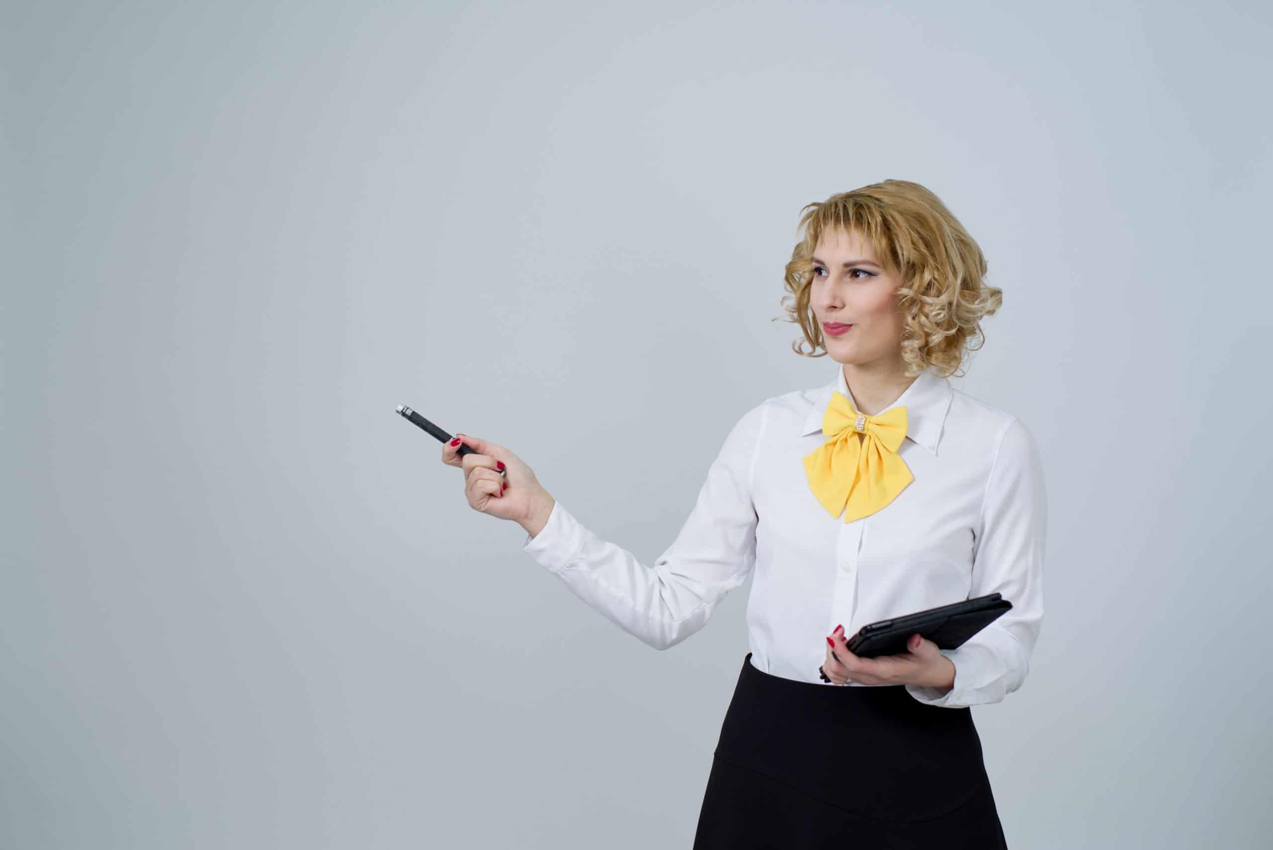 Mulher com caneta e Ipad na mão apresentando