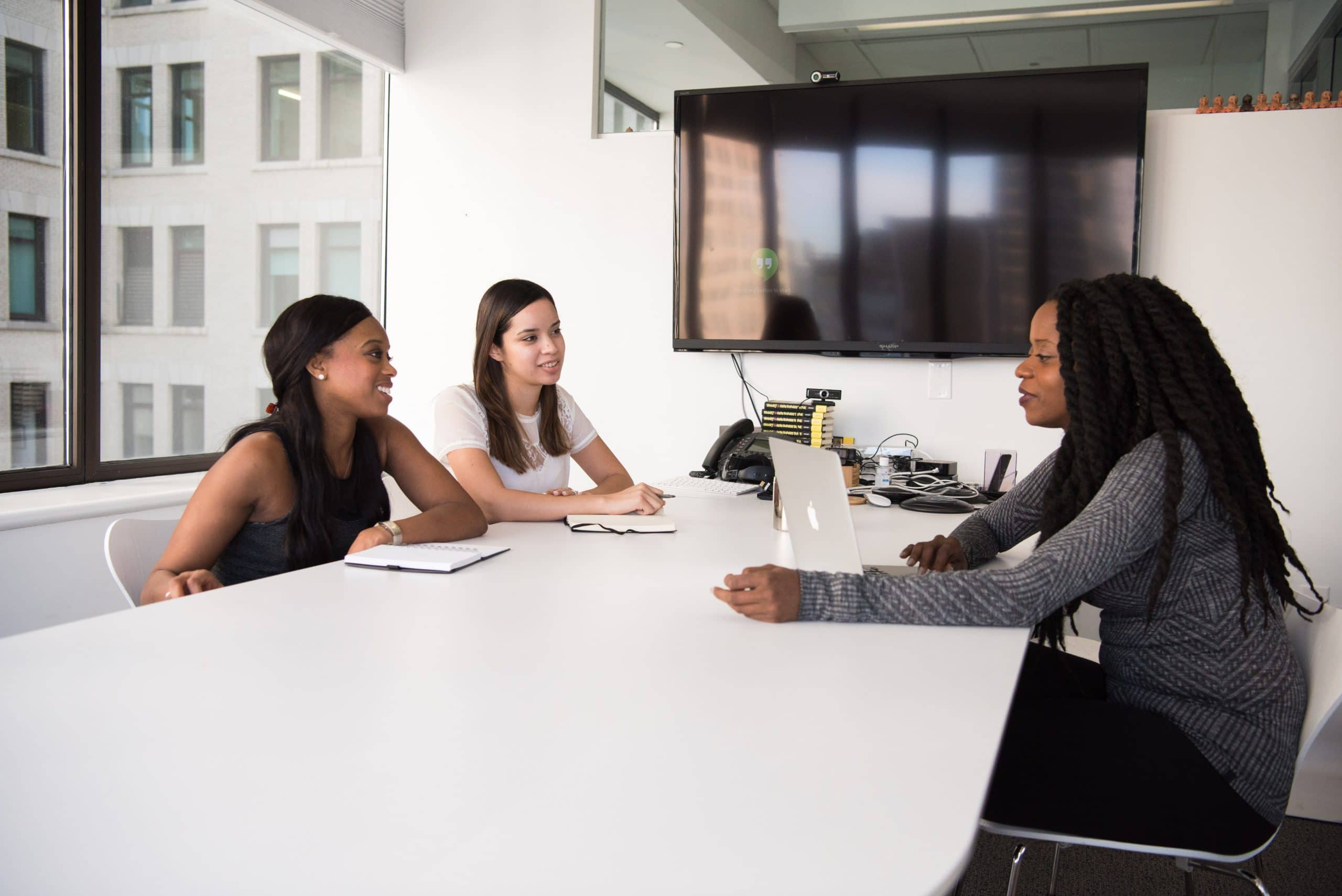 Mulheres em sala de reunião