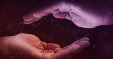 Duas mãos viradas uma para outra.