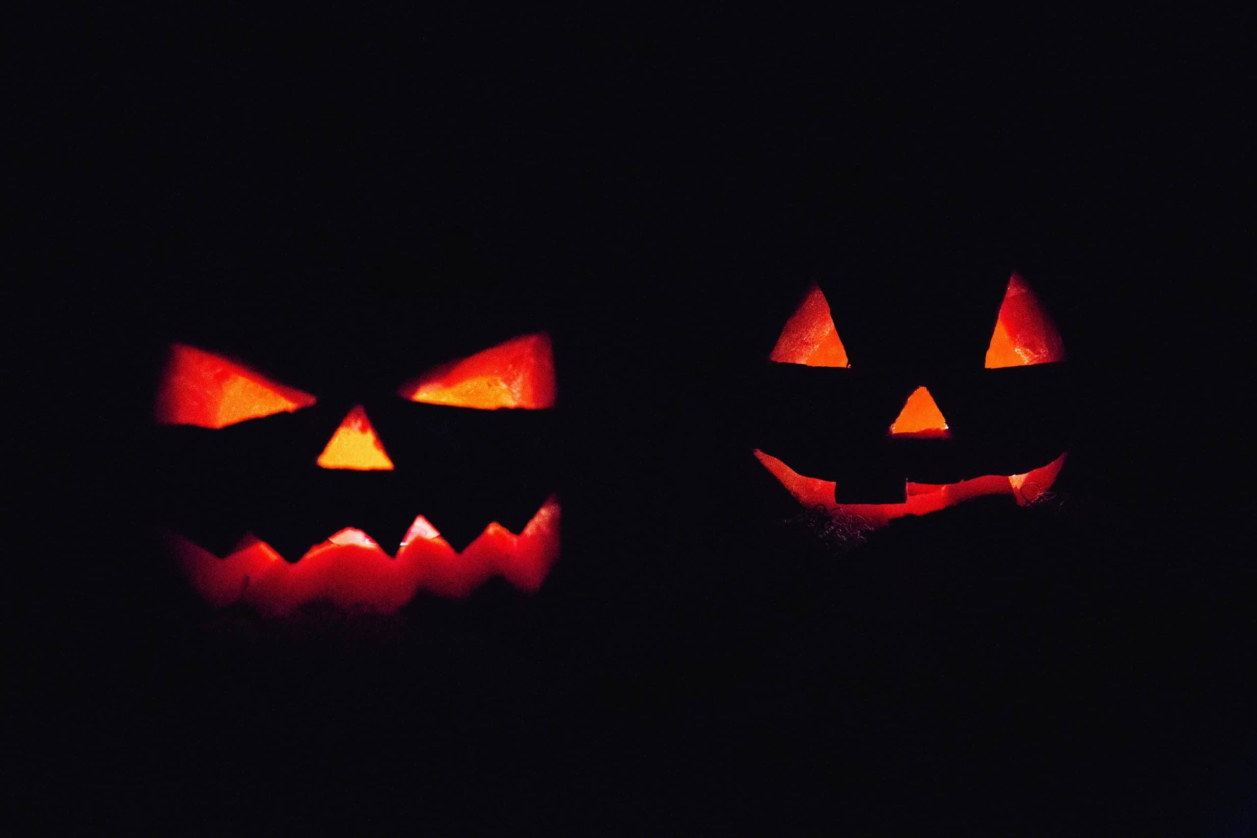 Abóboras de halloween acesas