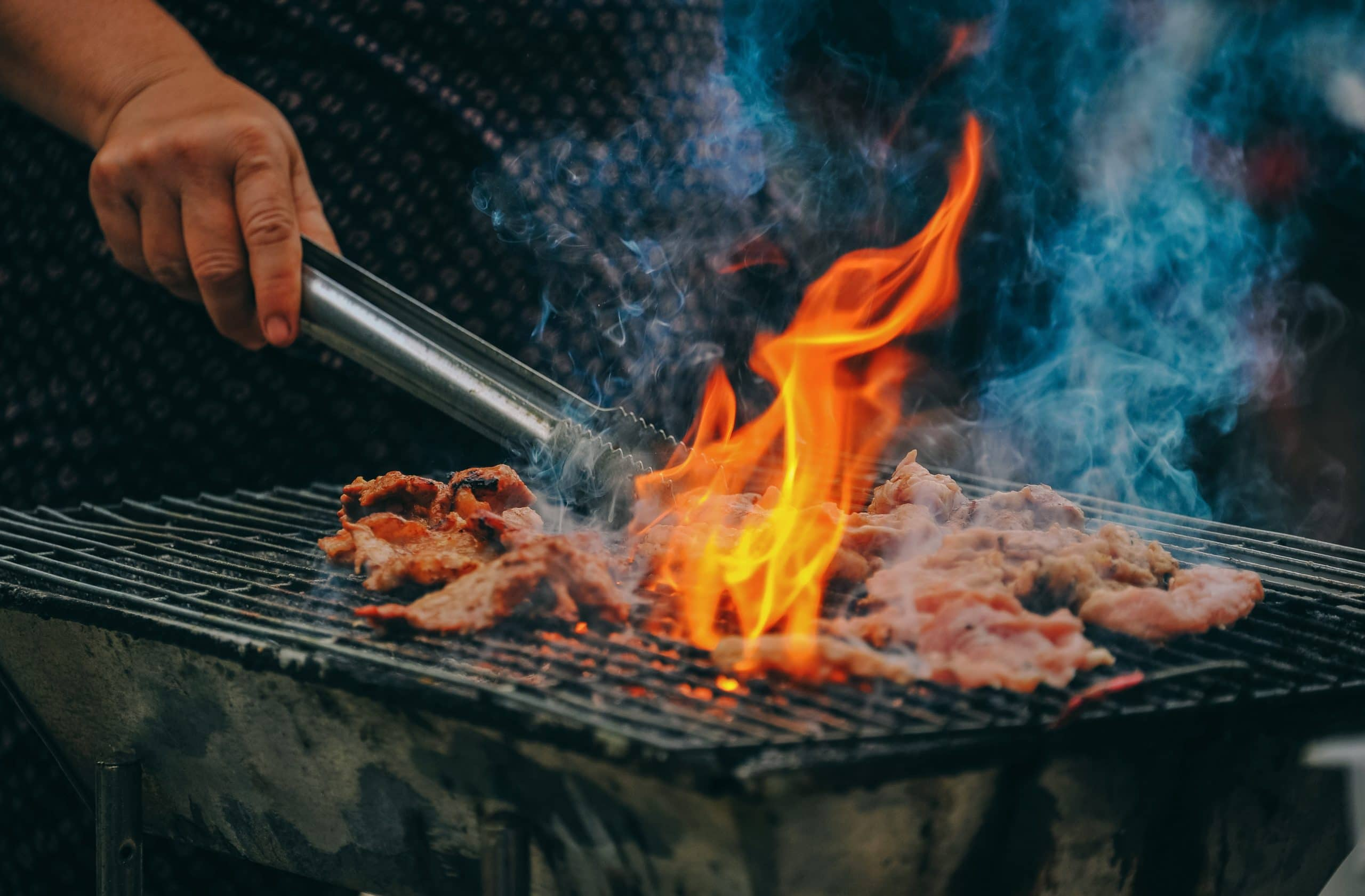 Churrasqueira queimando carne