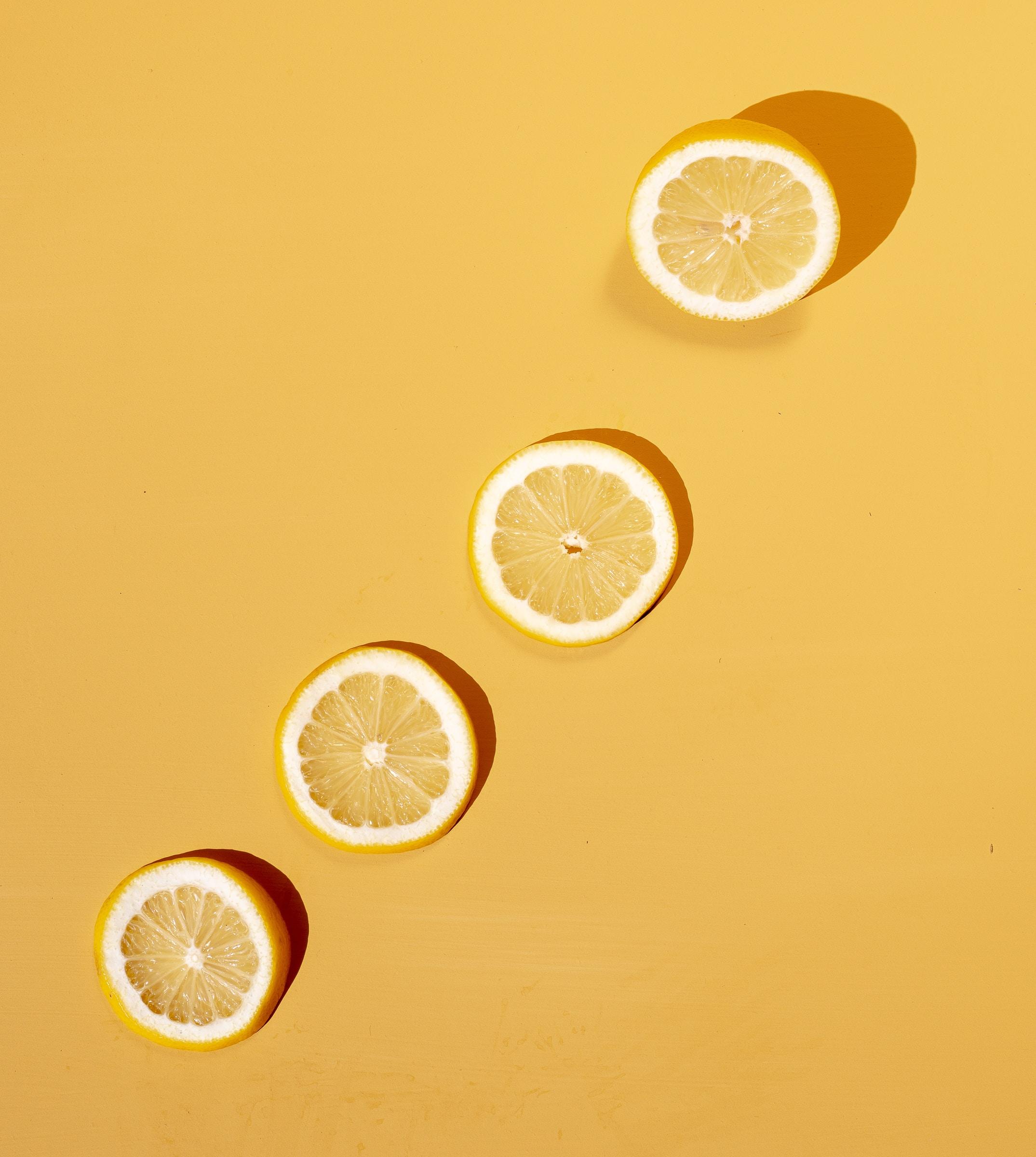 Rodelas de limão enfileiradas.