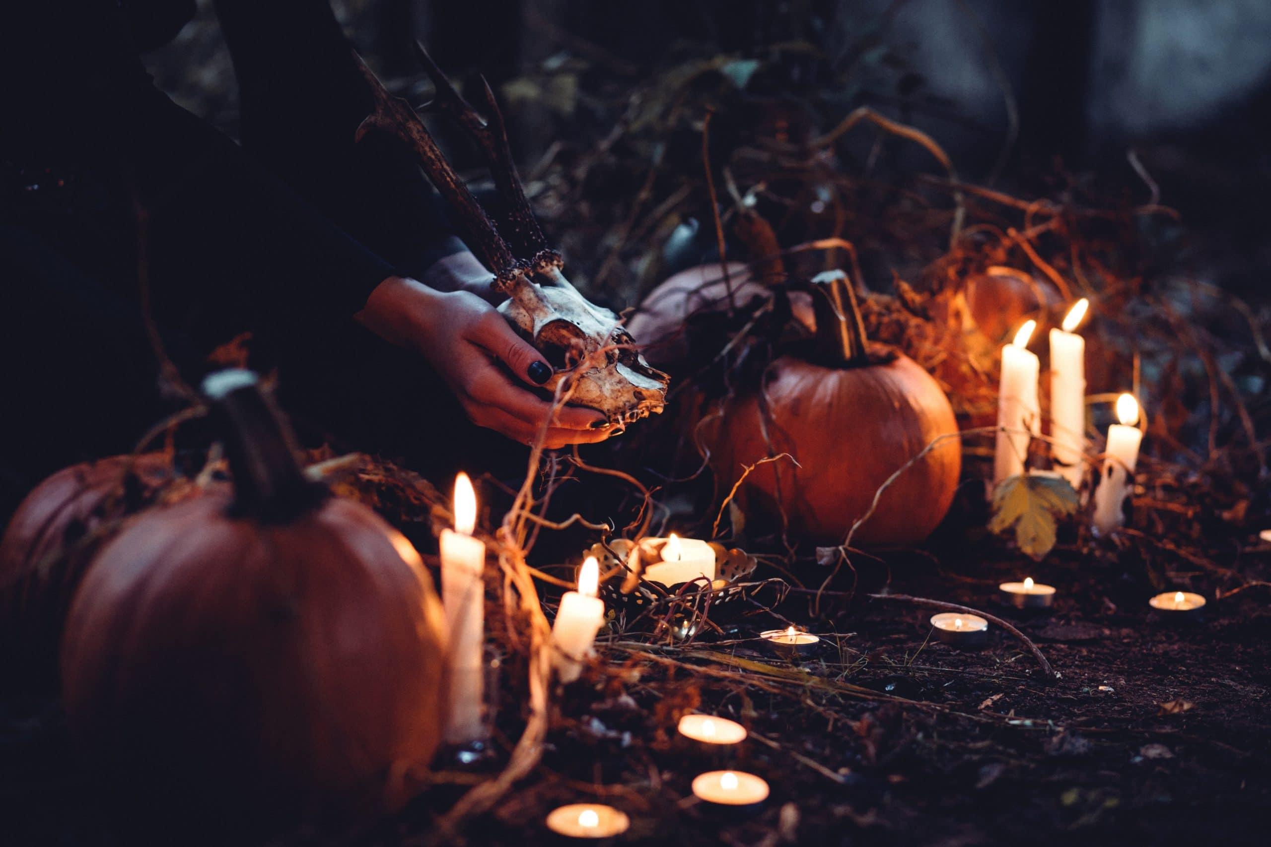 Ritual de halloween com mãos segurando caveira