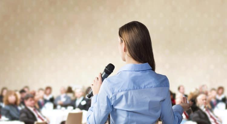 Mulher falando em público.