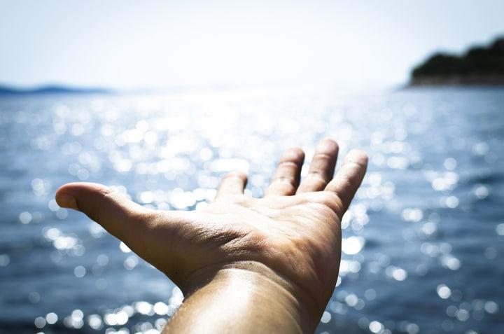 Mão sob o mar