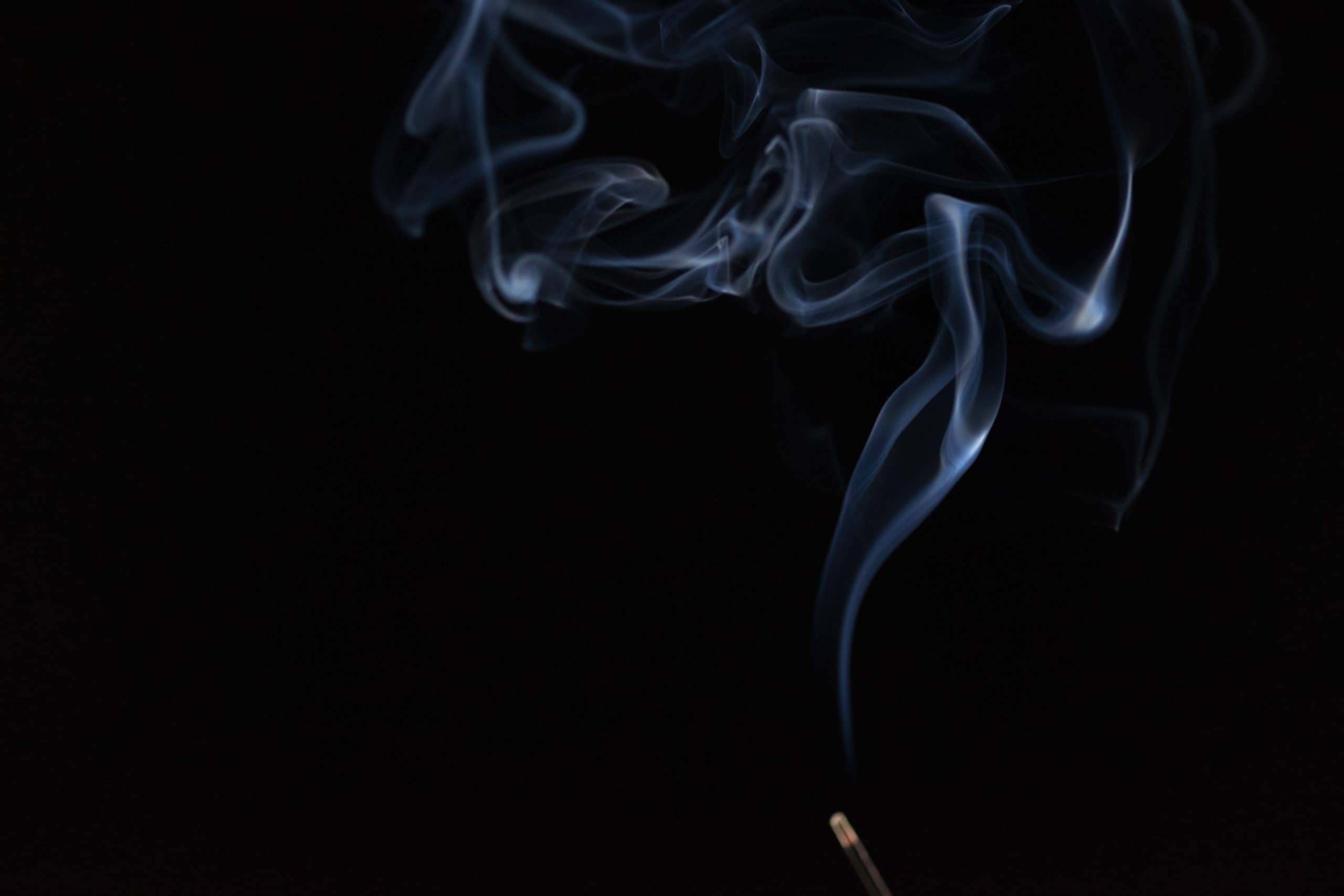 Incenso queimando e saindo fumaça
