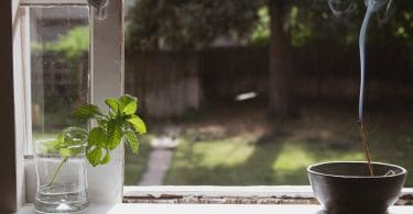Janela com incenso e hortelã para purificar