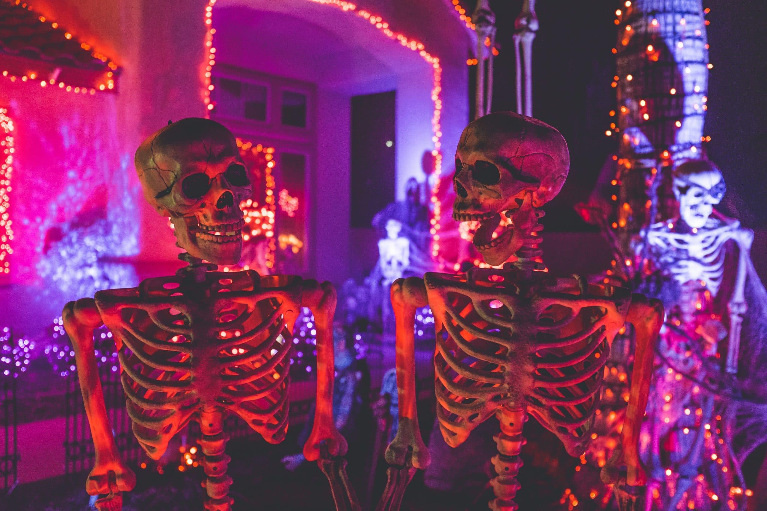 Esqueletos de halloween em casa decorada