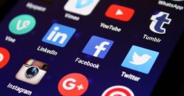 Foto de tela de tablet, mostrando os ícones de aplicativo e redes sociais como facebook, instagram, goole+, pinterest e twitter.