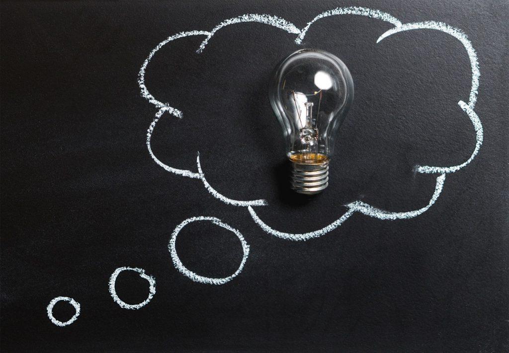 Uma lâmpada dentro de um balão desenhado no quadro negro.