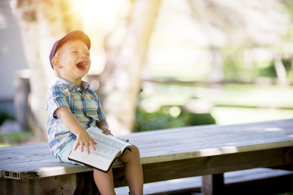 criança sentada em banco