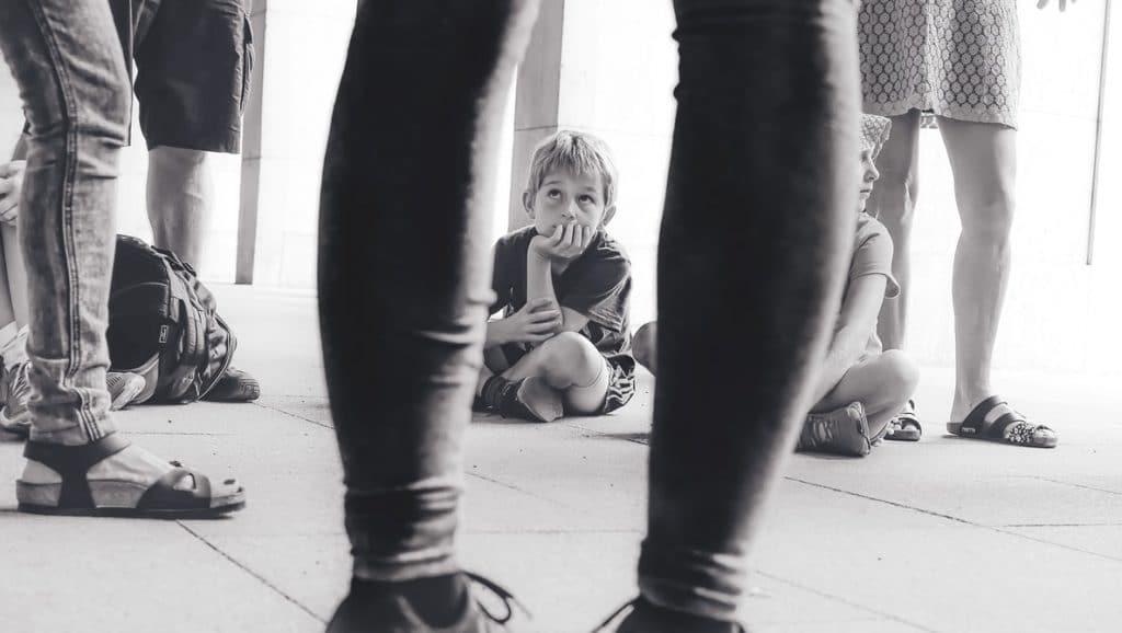 Criança sentada no chão