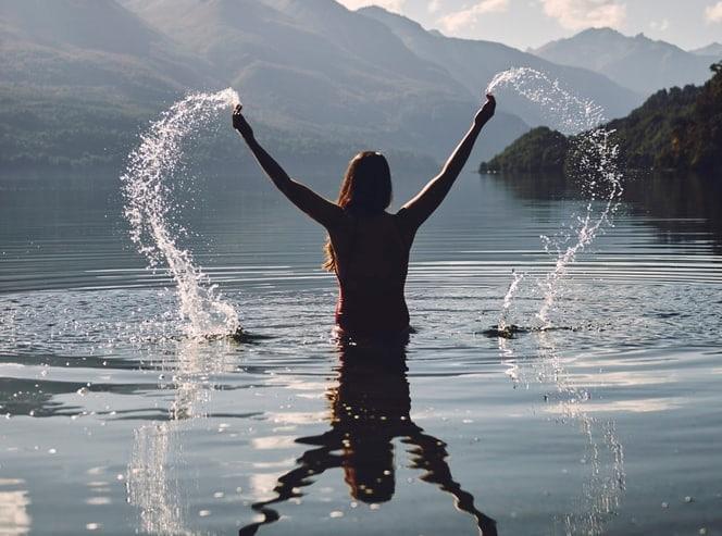 mulher em lago