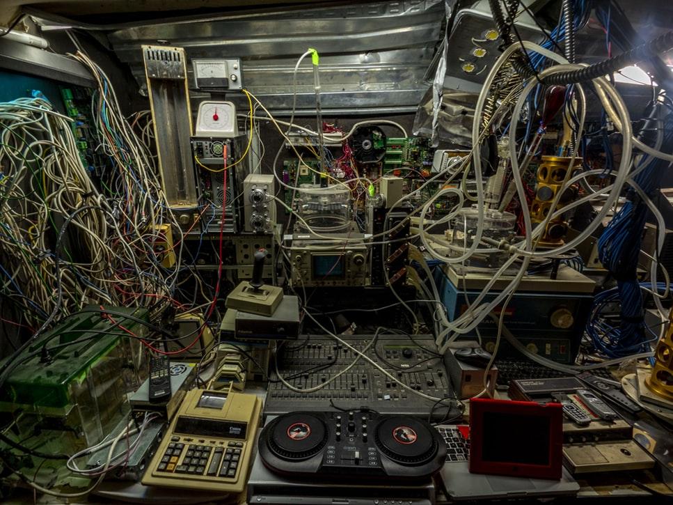Mesa bagunçada com fios