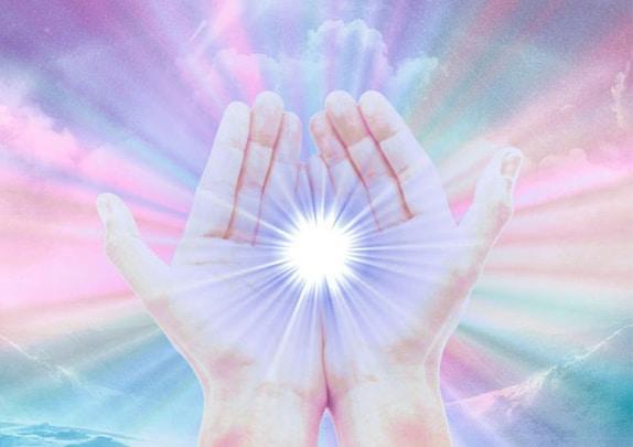 Luz forte na palma das mãos.