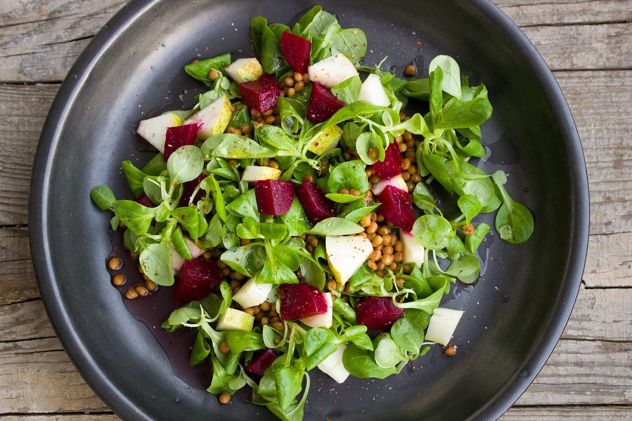 Prato com salada e beterraba.