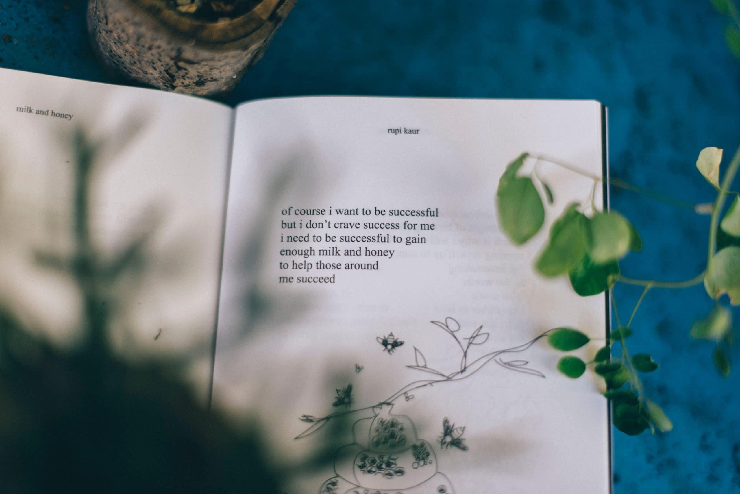 Livro de poesias aberto.