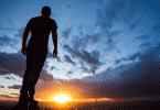 Silhueta de homem olhando pro horizonte