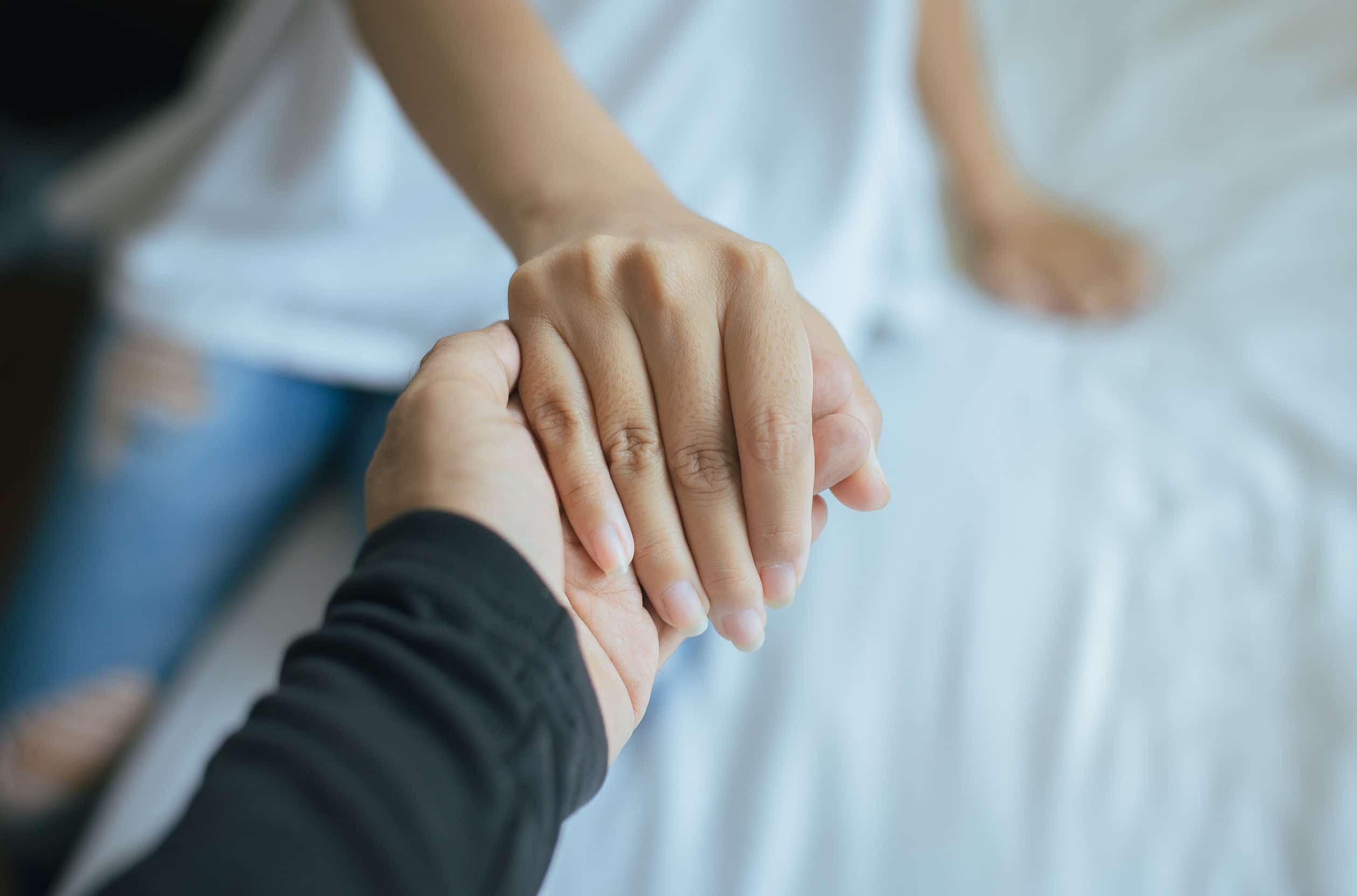 Mãos juntas.