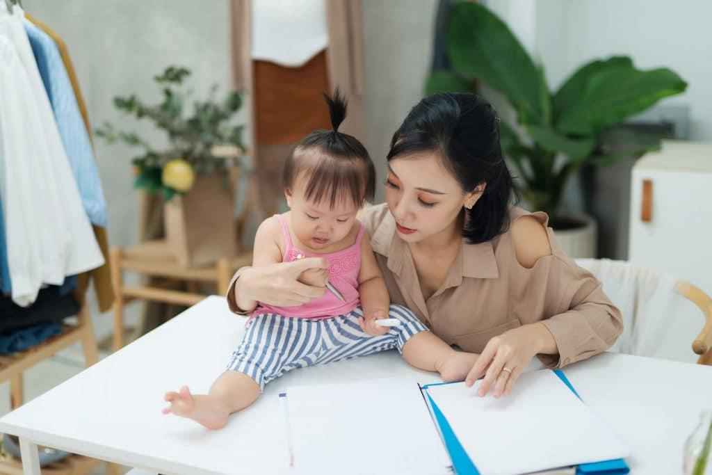 mãe desenhando com sua filha