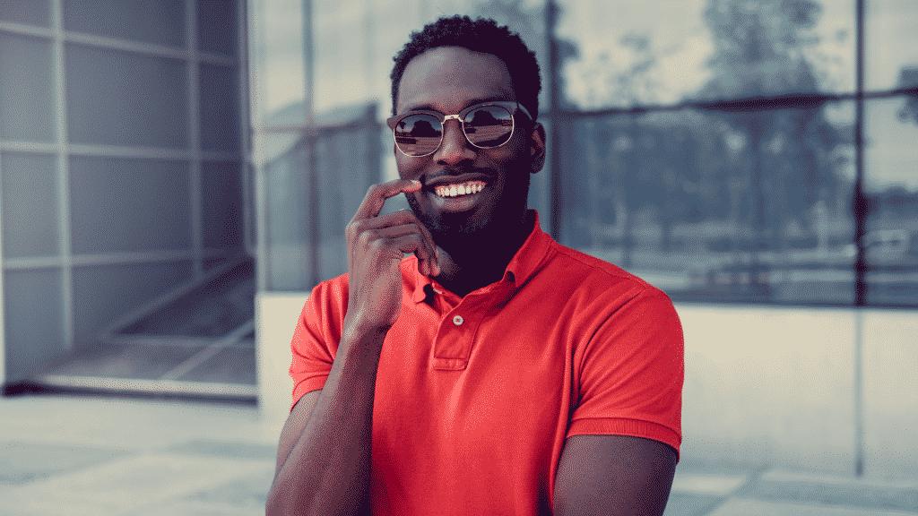 Homem de óculos sorrindo