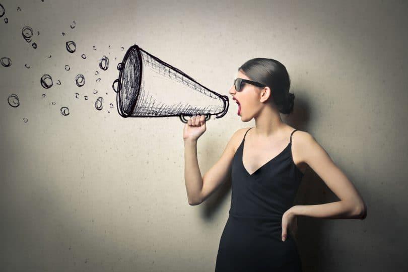 Mulher com megafone em ilustração