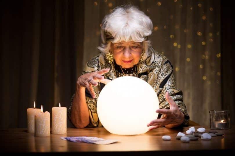 Senhora vendo o futuro em bola de cristal