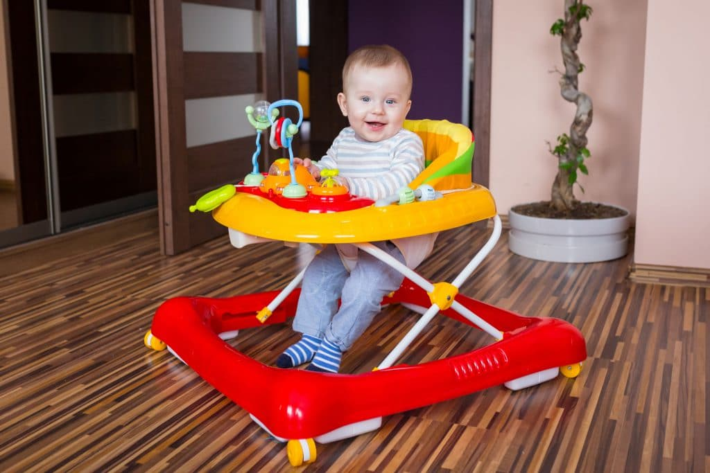 bebê em andador