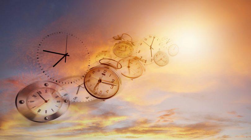 Edição de vários relógios sumindo em direção ao céu.