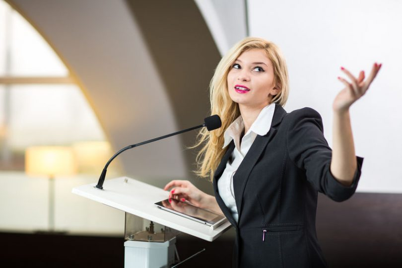 Mulher falando em pública.
