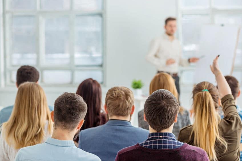 Pessoas assistindo palestra.