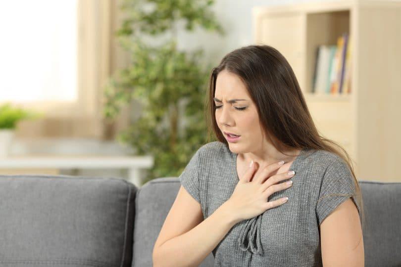 Mulher com dificuldades para respirar.