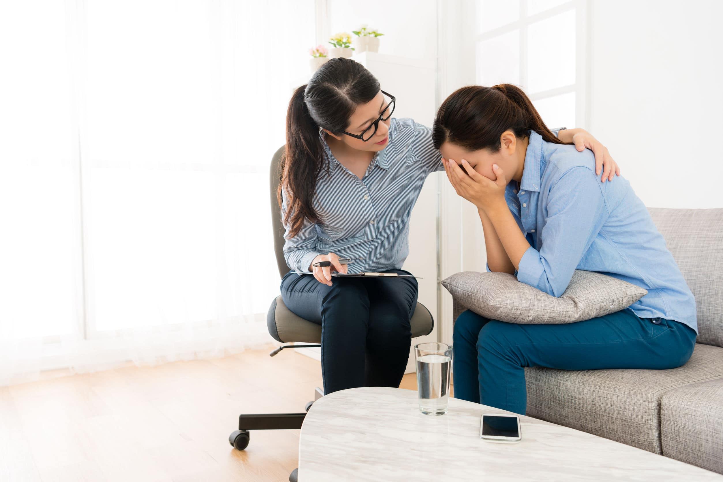Mulher consolando a outra.