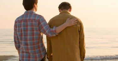 Dois homens na praia.