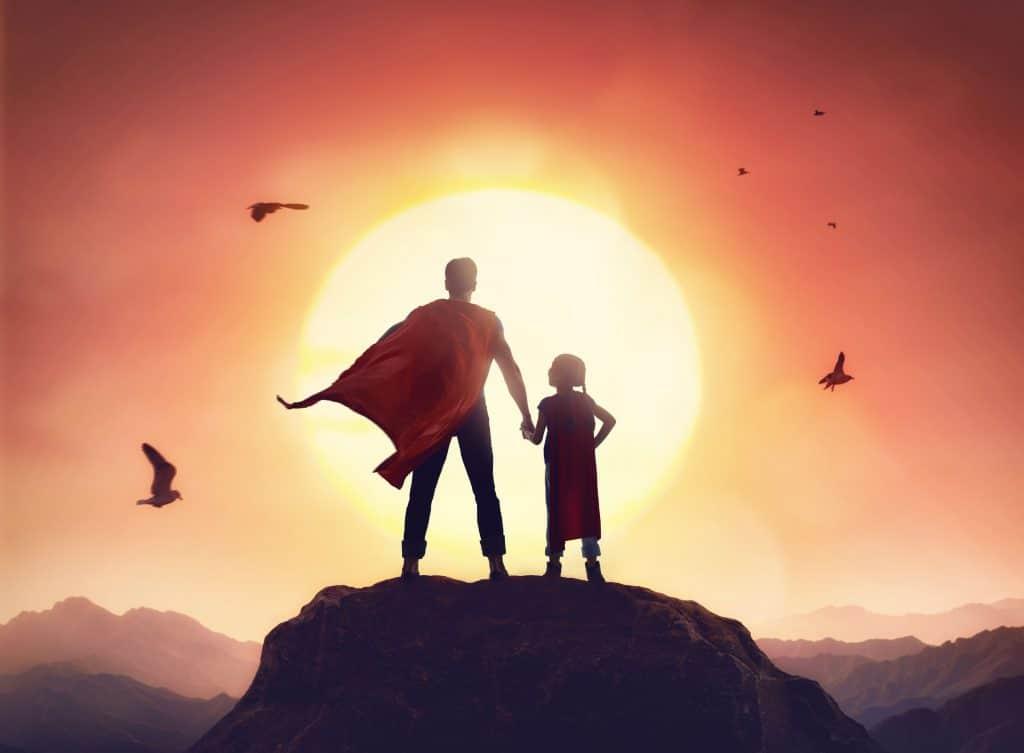 homem e menina vestidos de heróis