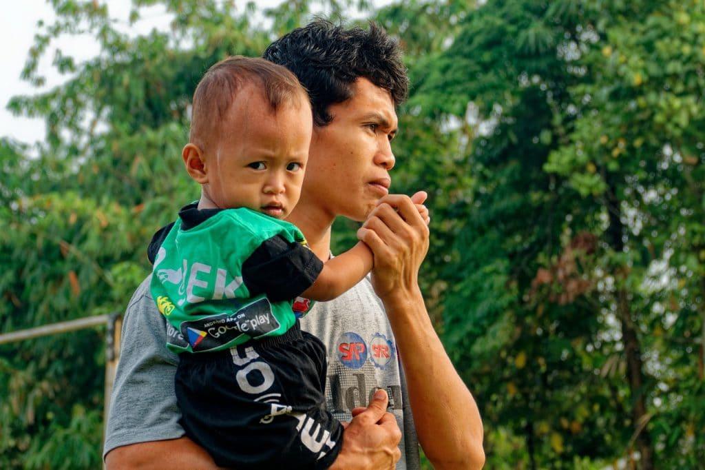 Homem segurando filho