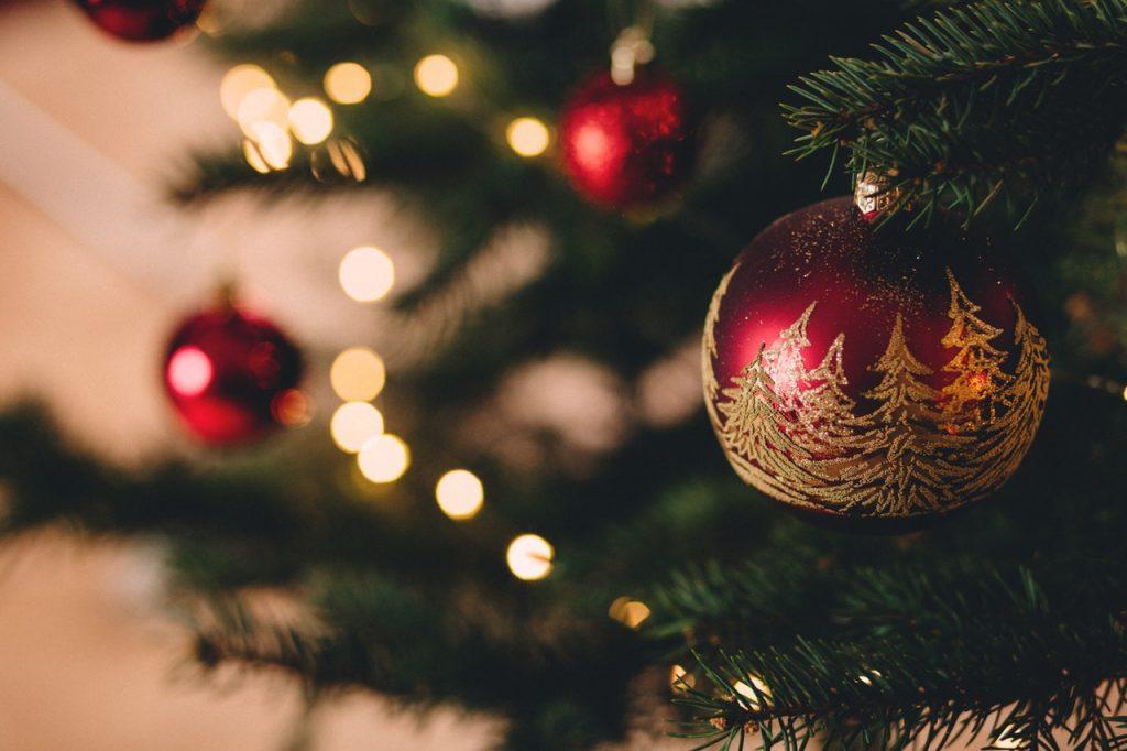 Enfeite de natal pendurado em árvore