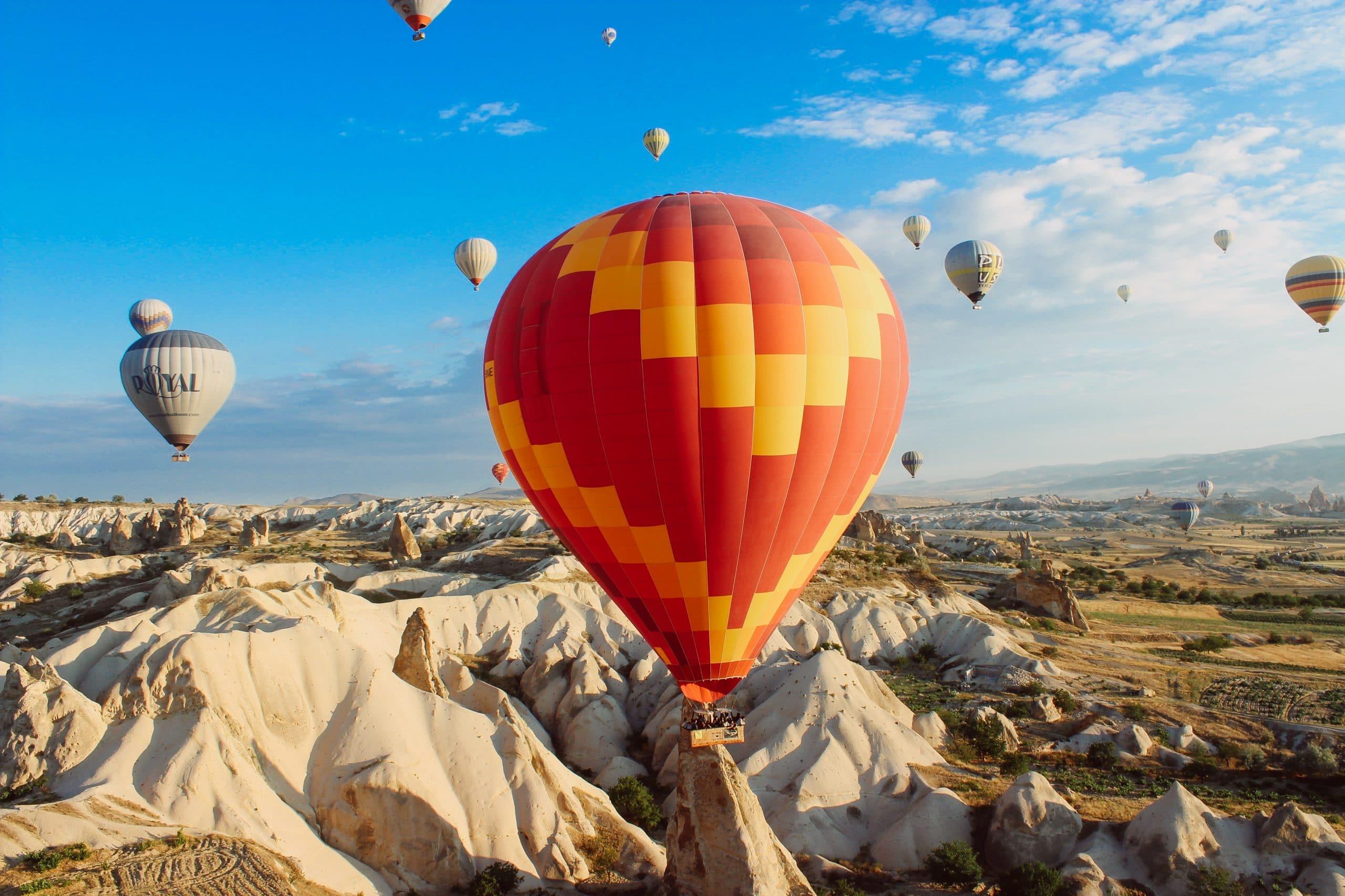 Balões voando.