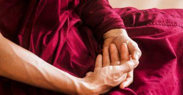 Mãos de budista zen meditando