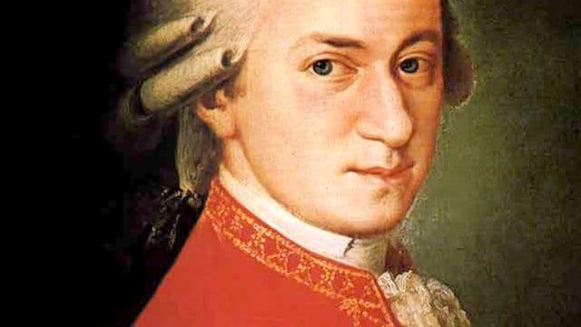 Pintura de Wolfgang Mozart com traje vermelho sobre fundo escuro.