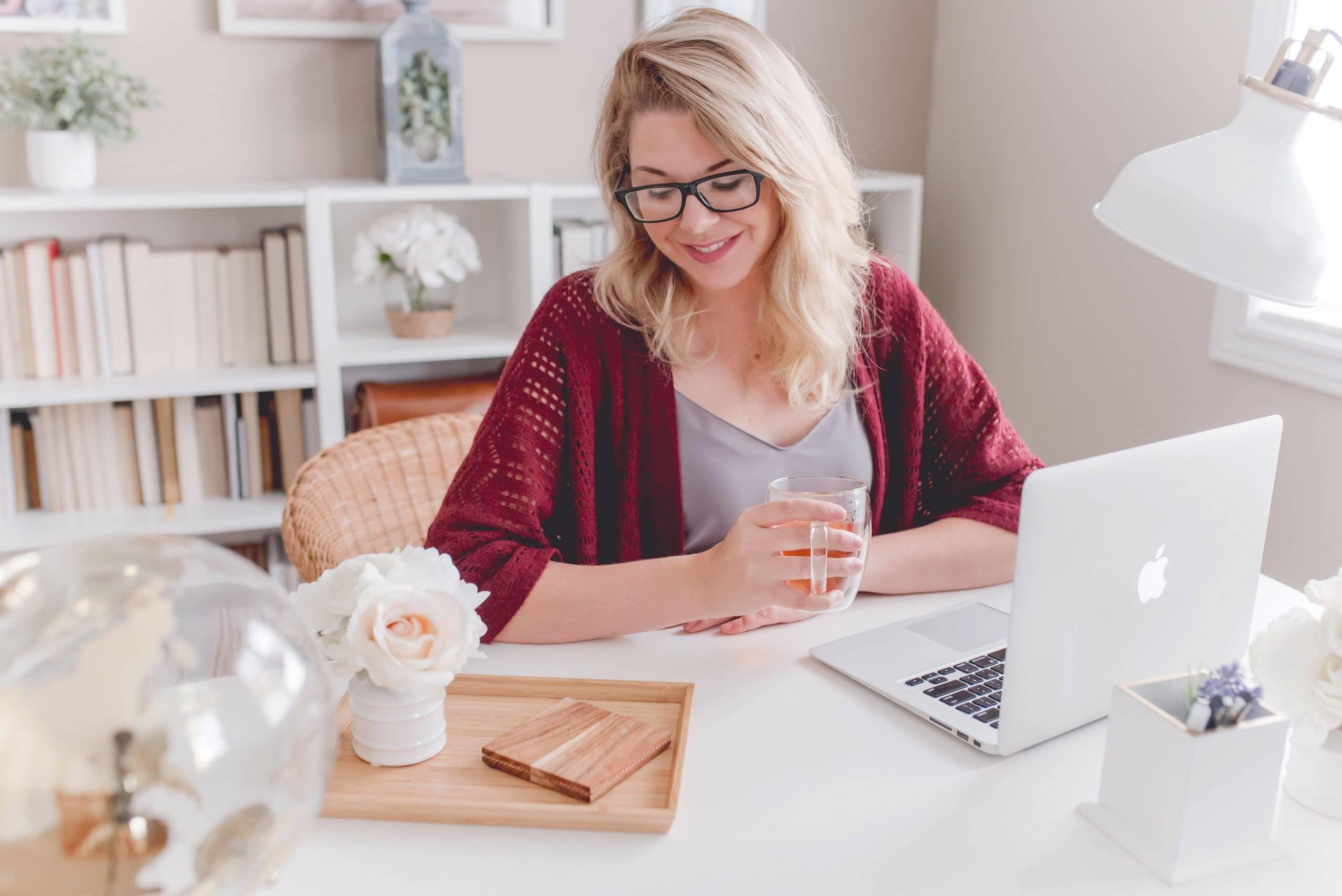 Mulher em mesa de trabalho