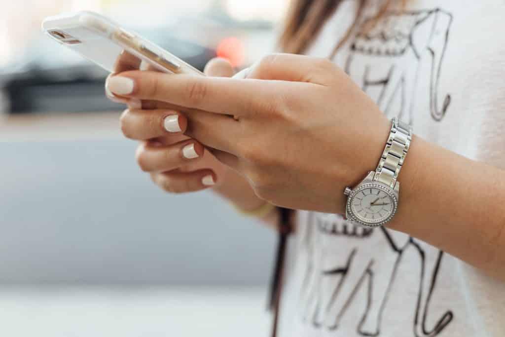 Mulher digitando no celular