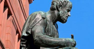 Escultura em bronze de Aristóteles